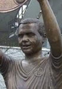 Max-Morlock-Statue vor dem Stadion